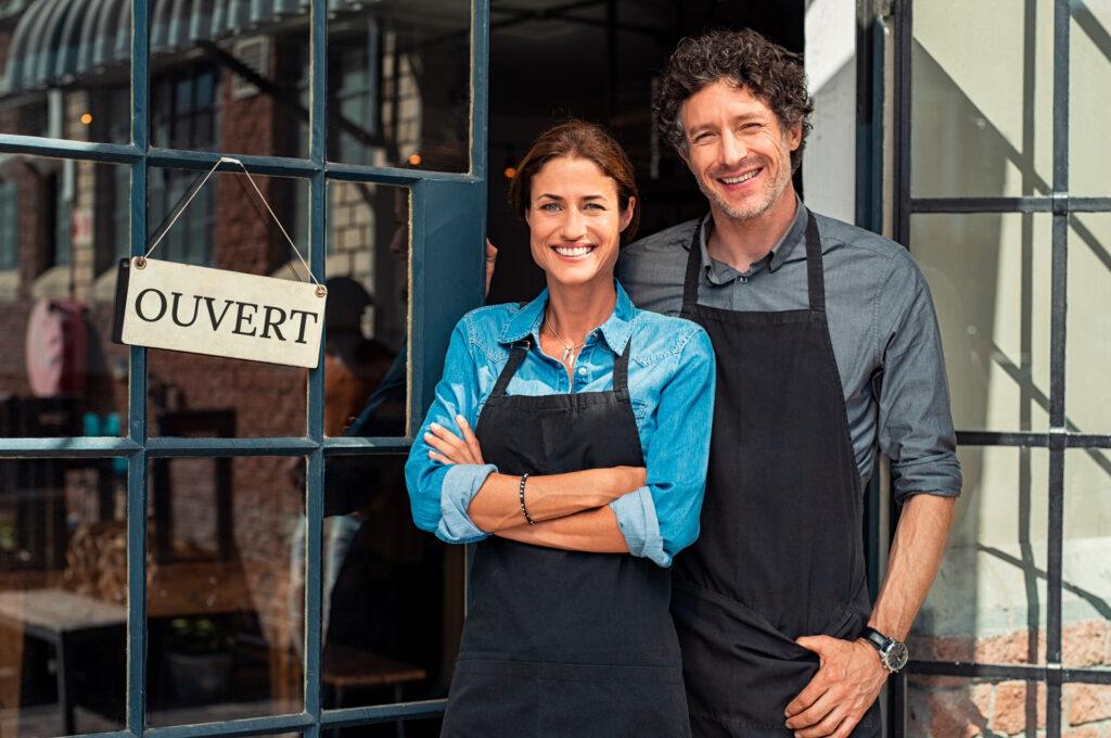 Couple devant restaurant ouvert, Resto-Link